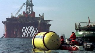 Archive photo of a Greenpeace attempt to slow down an oil rig.jpg