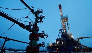 Oil rises 1%, hits highest in a year on growth